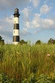 Die bodie island lighthouse aus den sümpfen vertikale — Stockfoto