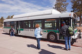 Salire sul bus navetta presso center di Grand Canyon Visitor — Foto Stock