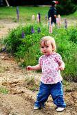 Bambina a piedi fuori — Foto Stock