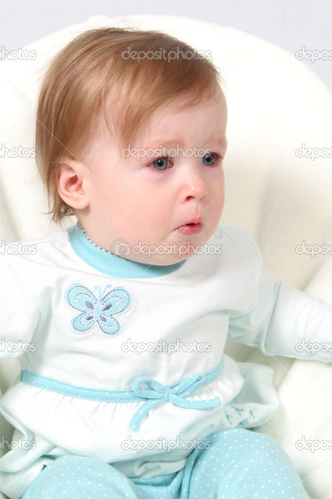 可爱的小女孩在哭,不是快乐的小宝宝