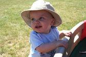 Liten pojke hänger på vagnen — Stockfoto