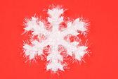 Floco de neve branco sobre fundo vermelho — Foto Stock