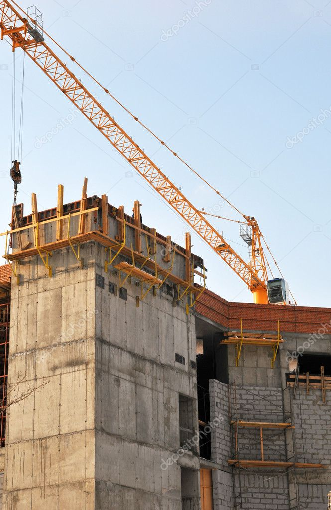 The building is constructed with the help of a crane — Stock Photo #9776770