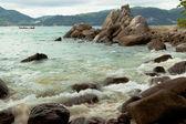 Surf crashing on the rocks — Stock Photo