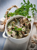 Clam soup with garlic and parsley — Stock Photo