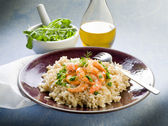 Brown rice with shrimp and arugula pesto — Stock Photo