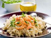 Brown rice with shrimp and arugula pesto — Stock Photo