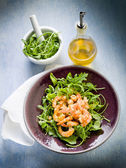 Shrimp salad with arugula olive oil and balsamic vinegar — Stock Photo