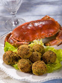 Crab meatballs with green salad — Stock Photo