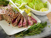 Sliced steak with green salad — Stock Photo