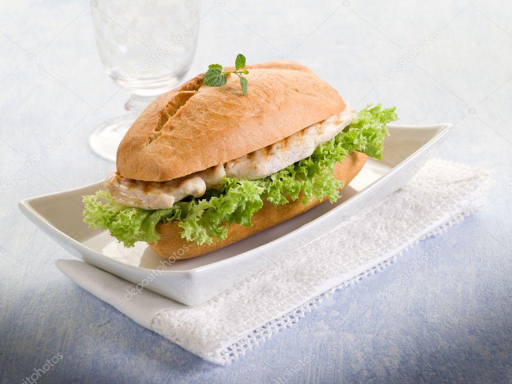 Izgara Tavuk Sandviç Göğüs Izgara Tavuk ve Salata