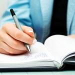 mani femminili scrivendo — Foto Stock