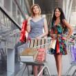 unga kvinnor med kundvagn — Stockfoto
