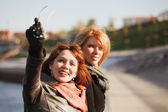 Dos mujeres felices en una calle de la ciudad — Foto de Stock