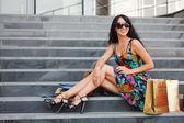 Junge weibliche shopper auf der treppe — Stockfoto