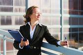Mujer de negocios con una carpeta — Foto de Stock