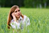 Genç kadın bir çim — Stok fotoğraf