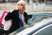 Młody klient na parkingu — Zdjęcie stockowe
