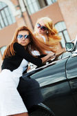 Two young women with retro car — Stock Photo