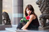 Genç kadın bir gül — Stok fotoğraf