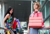 買い物袋を持つ 2 つの若い女性. — ストック写真