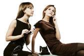 Jonge vrouwen op de telefoons — Stockfoto