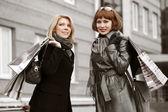 Deux jeunes femmes avec des sacs à provisions — Photo