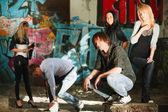 Jóvenes en apartamento abandonado — Foto de Stock