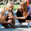 Teenage girls with a puppy — Stockfoto