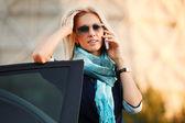 Mujer piloto llamando al teléfono — Foto de Stock