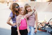Ragazze adolescenti nel parco giochi — Foto Stock