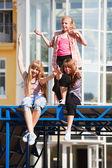 Genç kızlar bir şehir cadde üzerinde rahatlatıcı — Stok fotoğraf