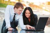 Giovane coppia utilizzando il computer portatile — Foto Stock