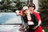 Mladý pár s novým vozem — Stock fotografie
