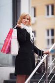 年轻女子带着购物袋 — 图库照片