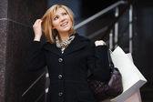 ショッピング幸せな若い女 — ストック写真