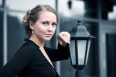 Beautiful woman at lamppost — Stock Photo