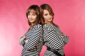 İki denizci kızlar çizgili yelek — Stok fotoğraf
