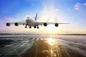 Avión de pasajeros aterrizar en la pista en el aeropuerto. — Foto de Stock
