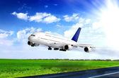 Nowoczesny samolot na lotnisku. zdjąć na pas startowy. — Zdjęcie stockowe