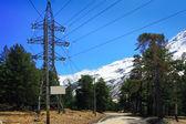 линии электропередачи высокого в горах. — Стоковое фото