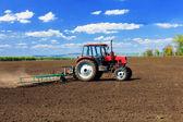 Erken ilkbaharda alanları plowing traktör. — Stok fotoğraf