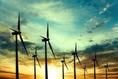 Fazenda de turbinas de vento ao pôr do sol — Foto Stock