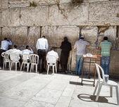 Joden in het geweeklaag westelijke muur in jeruzalem — Stockfoto