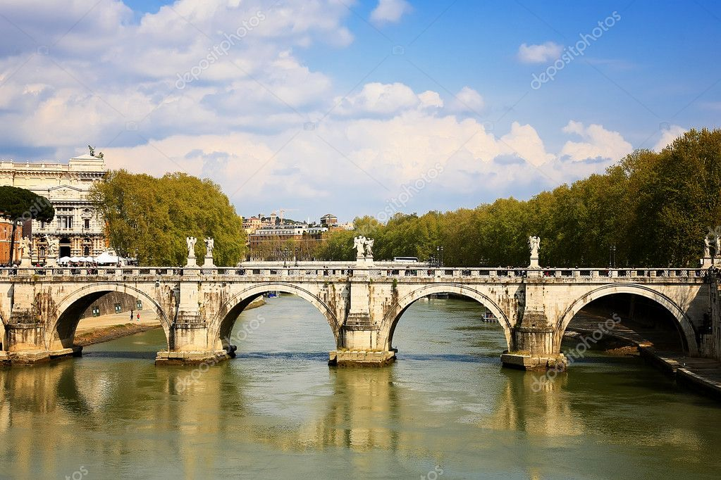 The bridge over the Tiber river in Rome — Stock Photo #10638637