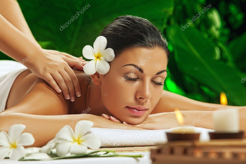 Portrait of young beautiful woman in spa environment — Foto Stock #10641933