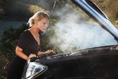 Portret van jonge mooie vrouw met gebroken auto opzij — Stockfoto