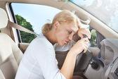 Jonge mooie vrouw zitten in de auto — Stockfoto