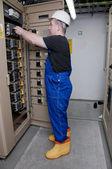 Eletricista na distribuição elétrica — Foto Stock