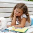 The little girl with a white kitten — Stock Photo